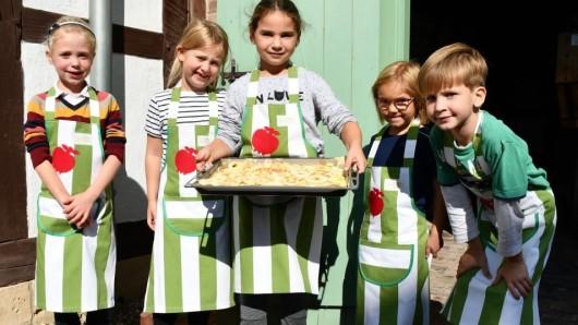 Voller Stolz zeigen die jungen Bäckerinnen und Bäcker ihren Kuchen.