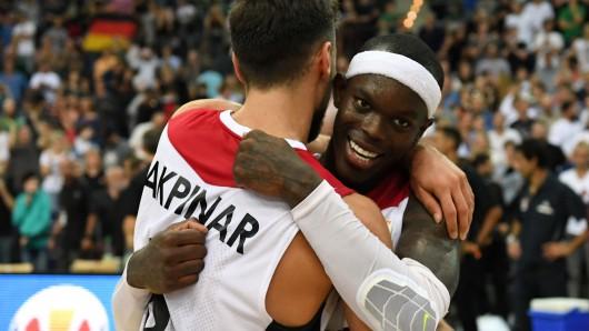 Deutschlands Ismet Akpinar (l) und Dennis Schröder freuen sich über den Sieg. Die deutschen Basketballer sind zum sechsten Mal bei einer Weltmeisterschaft dabei.