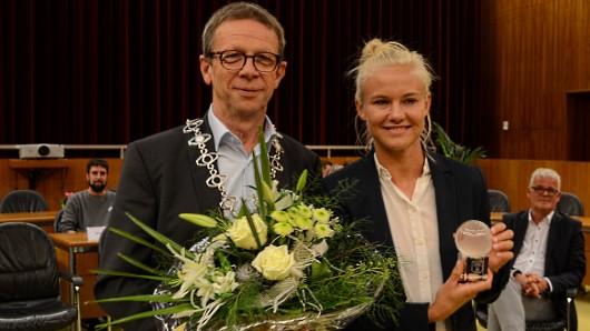 Für ihre Leistungen und ihre Auszeichnung als Europas Fußballerin des Jahres wird die Wölfin Pernille Harder von Oberbürgermeister Klaus Mohrs geehrt.