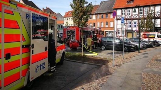 An der Ecke Kirchhof/Papenberg kam es am Montagnachmittag zu einem Küchenbrand; der Bewohner und sein Hund wurden dabei verletzt.