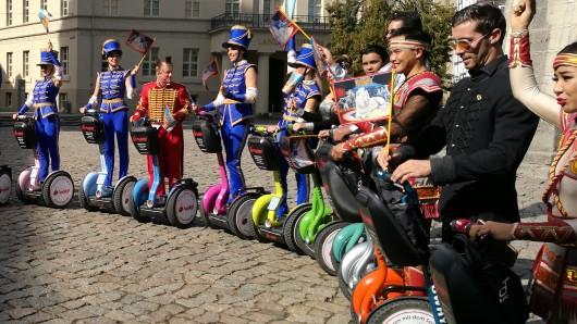 20 Artisten des Circus Krone sind am Montag vom Gastspielort am Schützenplatz auf den Burgplatz gefahren - auf Segways.