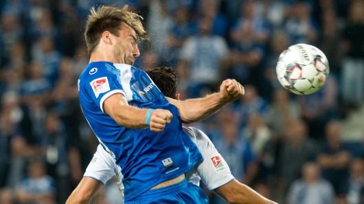 Der Magdeburger Christian Beck im Kopfballduell - wie im gesamten Spiel gab's keine Sieger.