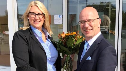 Julia Berkefeld wurde als neue Chefin der Volksbank-Filiale Gadenstedt von dem Peiner Direktionsleiter Stefan Honrath mit Blumen begrüßt.
