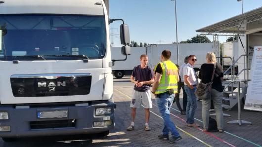 Mit den Fahrern ins Gespräch kommen und diese für die Gefahren auf den Autobahnen sensibilisieren: Das war das Ziel des Aktionstags am Dienstagnachmittag auf dem A2-Rastplatz Zweidorfer Holz.