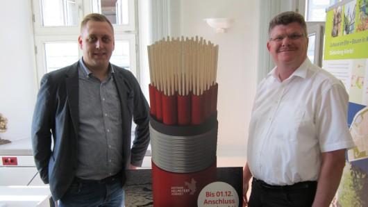 Im Rathaus von Königslutter hat ein Informationsbüro von Vodafone Deutschland für den geplanten Breitband-Ausbau begonnen. Bürgermeister Alexander Hoppe (SPD, r.) hofft, dass sich genügend Bürger dafür interessieren.