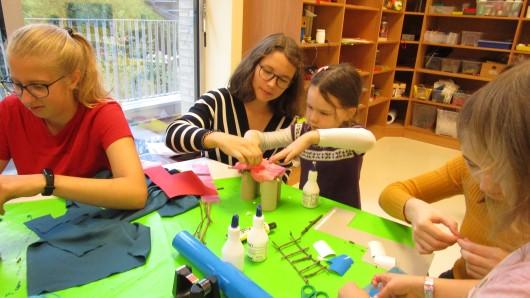 Die Kinder aus der Kita Varietà basteln zusammen mit Schülern des Theodor-Heuss-Gymnasiums Spielplätze.
