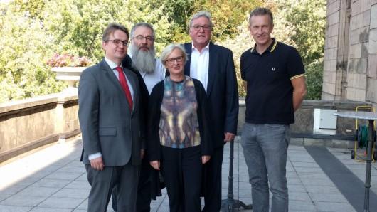 Dagmar Schlingmann, Peter Schanz und Christian Eitner, Stefan Mehrens sowie Werner Schilli bringen die 90er Jahre auf die Bühne.