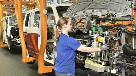 Bulli-Produktion im VW-Werk Hannover. Die geplante Kooperation von Volkswagen mit dem US-Konkurrenten Ford nährt in Hannover die Furcht vor Arbeitsplatzverlusten (Archivfoto).
