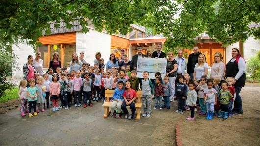 Vertrauensleute der IG Metall haben 1500 Euro an die Christus-Kindertagesstätte gespendet.