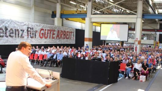 VW-Personalvorstand Gunnar Kilian bei der Betriebsversammlung im Volkswagen-Werk Braunschweig. Der Komponenten-Standort wandelt sich in ein Zentrum für Elektromobilität.