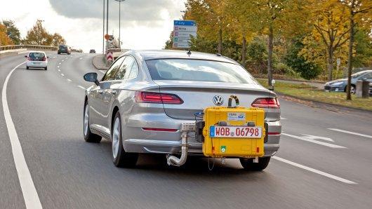 Ein Volkswagen Arteon fährt mit einem mobilen Testgerät während einem WLTP-Abgastest auf einer Straße. Vom 01.09.2018 an dürfen nur noch Neuwagen zugelassen werden, die das WLTP-Verfahren durchlaufen haben.