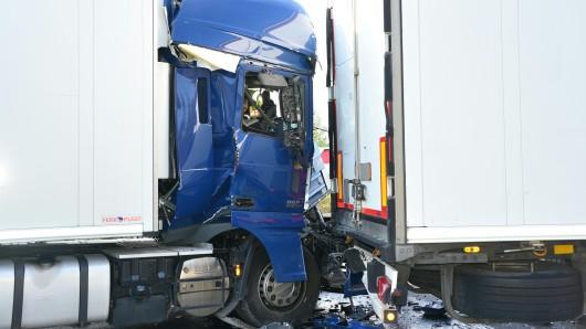 An dem Unfall waren mehrere Lkw beteiligt.