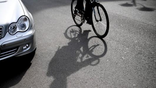 Ein betrunkener Radfahrer fuhr gegen ein Auto.
