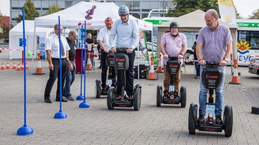 Segwaytouren auf dem Rathausvorplatz in Lebenstedt.