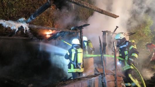 Erneut musste die Feuerwehr eine Laube löschen.