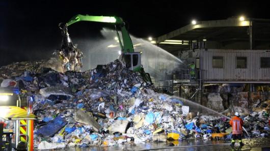 Es wird noch dauern, bis der Brand auf der Mülldeponie gelöscht ist.