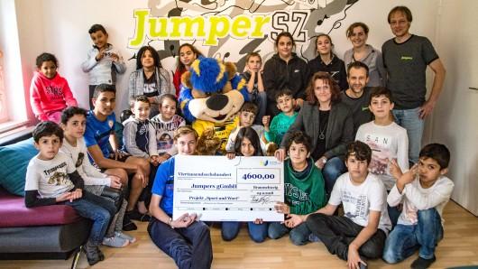 Das Jumpers Kinder- und Familienzentrum hat für das Projekt Sport und Wort eine Spende von 4.600 Euro erhalten.