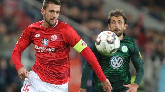 Der Mainzer Stefan Bell (l) und der Wolfsburger Admir Mehmedi kämpfen um den Ball.
