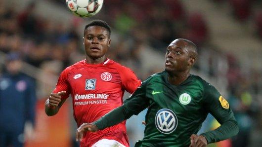 Der Mainzer Ridle Baku (l) und Wolfsburgs Jerome Roussillon kämpfen um den Ball.