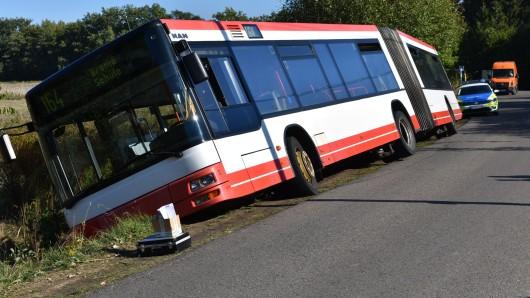 Der Bus war sanft in den Graben gerutscht.