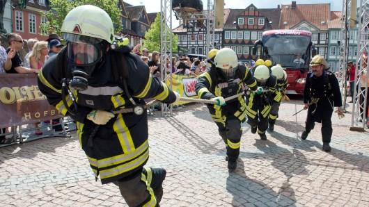 Die Feuerwehrmänner ziehen dann Feuerwehrautos für den guten Zweck (Symbolbild).