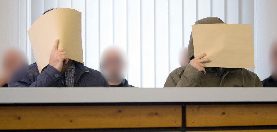 Die Angeklagten stehen in einen Saal des Amtsgerichts. Weil es die Terrormiliz Islamischer Staat IS unterstützt und zu Anschlägen aufgerufen haben soll, muss sich ein Zwillingspaar aus Salzgitter vor dem Oberlandesgericht Celle verantworten. Der Prozess findet in Räumlichkeiten des Amtsgerichts statt (Archivbild).