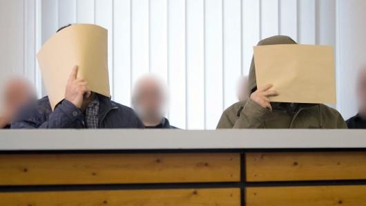Die Angeklagten stehen in einen Saal des Amtsgerichts Celle (Archivbild).