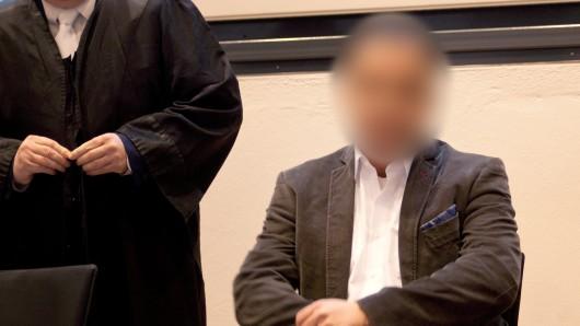 Der angeklagte ehemalige Halberstädter Chefarzt neben seinem Verteidiger zum Prozessauftakt am Freitag vor dem Landgericht Magdeburg.