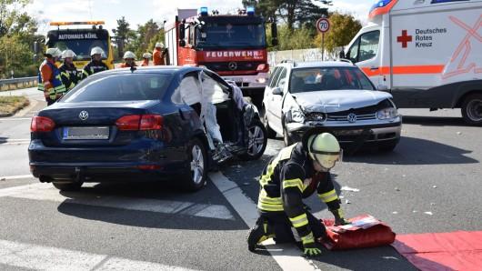 Der VW Golf ist in die Beifahrerseite des Jetta gekracht; die Beifahrerin musste schwerstverletzt in eine Spezialklinik geflogen werden.