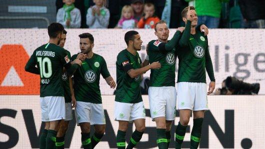 Wout Weghorst (r.) jubelt nach seinem Tor zum 2:2 mit seinen Teamkollegen.