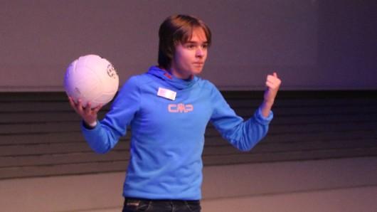 Wenzel Grüß aus Oldenburg ist dafür bekannt schwere Gleichungen zu lösen, während er den Ball mit dem Kopf in der Luft hält.