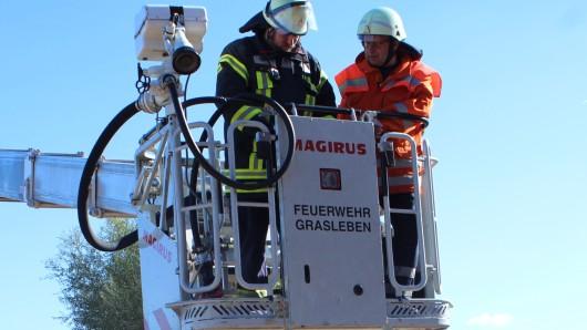 Auch die sensible Steuerung des Hubkorbs war eine der Aufgaben beim Ausbildungstag in Querenhorst.