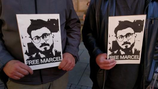 Mit solchen Tafeln fordern die Freunde der Hanfbar die Freilassung des seit Donnerstagnachmittag in Untersuchungshaft sitzenden Hanfbar-Betreibers Marcel Kaine.