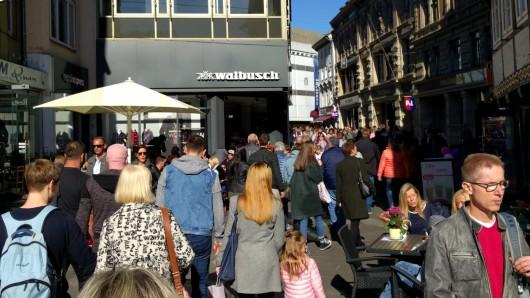 Die Braunschweiger Innenstadt ist brechend voll: Tausende nutzen das strahlende Frühherbst-Wetter, umbeim verkaufsoffenen Sonntag zu bummeln und vielleicht ein paar Schnäppchen zu ergattern.