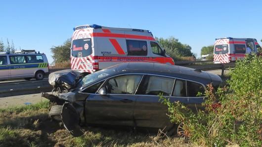 Die Wucht des Unfalls war so groß, dass der Motorblock aus dem Fahrzeug herausgerissen wurde und mitten auf der Fahrbahn landete.