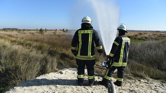 Feuerwehrleute der Bundeswehr-Feuerwehr sind beim Moorbrand auf dem Gelände der Wehrtechnischen Dienststelle 91 (WTD 91) in Meppen im Einsatz. Mit einem Großaufgebot haben die Einsatzkräfte den Moorbrand im Emsland bekämpft. Der Katastrophenfall wurde nun aufgehoben.