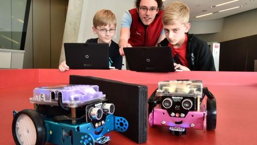 Lars Landmann zeigt Jugendlichen im Phaeno, wie sie mit einem Roboter kämpfen können.