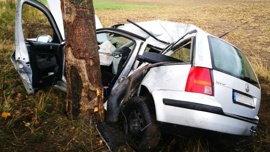 In einer leichten Linkskurve der B494 hat der Fahrer die Kontrolle über seinen VW Golf verloren - der daraufhin mit der Fahrerseite gegen einen Straßenbaum knallte.