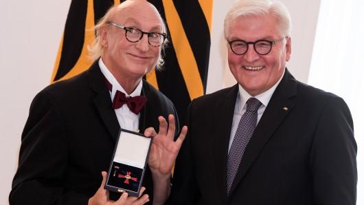 Komiker Otto Waalkes zeigt das Bundesverdienstkreuz, das ihm Bundespräsident Frank-Walter Steinmeier zuvor verliehen hatte.
