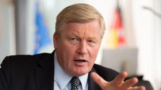 Niedersachsens Wirtschaftsminister Bernd Althusmann (CDU) ist unzufrieden mit dem Diesel-Kompromiss der Bundesregierung; der Politiker ist zugleich Mitglied im VW-Aufsichtsrat.