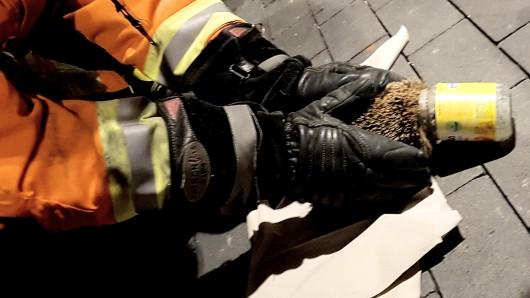 Nachdem es nicht gelungen war, den Igel aus dem Glas zu ziehen, entschlossen sich die Bienroder Feuerwehr-Einsatzkräfte dazu, das Gefängnis des Stachelritters vorsichtig zu zerstören.