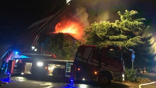 Die Flammen haben das Dach des Hauses durchschlagen.