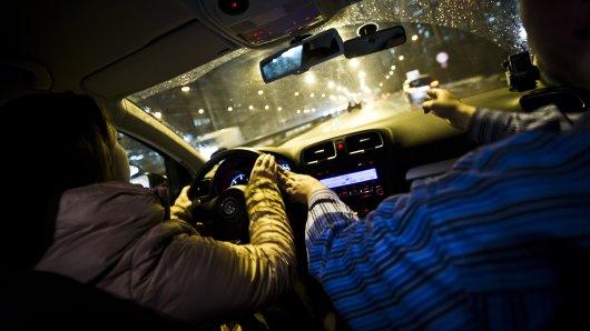 Ein Fahrlehrer-Griff ans Lenkrad ist ok, die Hand auf die Hand der Schülerin oder gar auf ihre Schenkel zu legen, ist hingegen eindeutig eine Belästigung (Symbolbild).