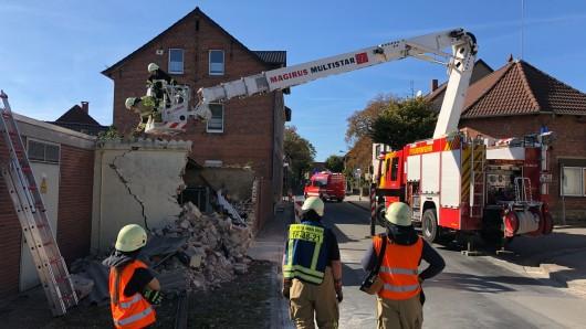 Wegen akuter Einsturzgefahr müssen Wehrleute derzeuit Teile von Dach und Mauerwerk abtragen. Die Magdeburger Straße in Grasleben ist deshalb derzeit komplett gesperrt.