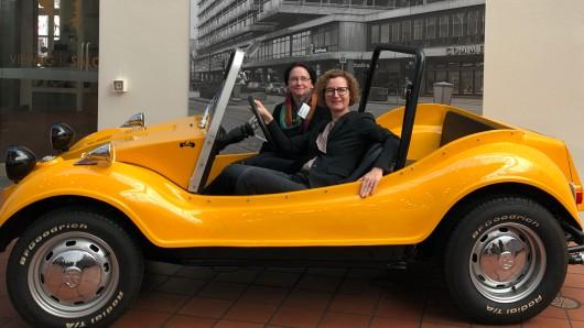 Sie nahmen am Freitag probehalber Platz im Buggy aus der Autostadt Wolfsburg: Ausstellungs-Kuratorin Katrin Keßler (l.) und Museumsdirektorin Heike Pöppelmann.