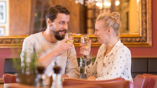 Eine romantische Abendführung quer durch die malerische Fachwerk-Stadt Wolfenbüttel in Verbindung mit einem dreiteiligen Abendessen: Das bietet das Stadt-Marketing am Freitag, 12. Oktober, an.
