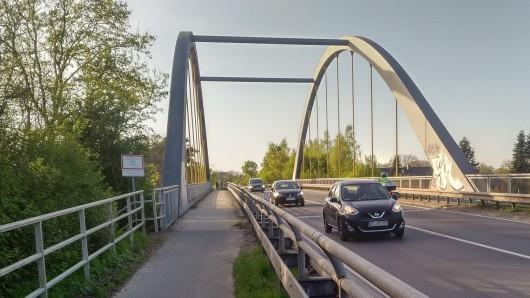 Bis zur Brücke am Mittelkanal wird der Radweg entlang der B65 instandgesetzt. Am Dienstag, 9. Oktober, sollen die Arbeiten starten (Archivfoto).