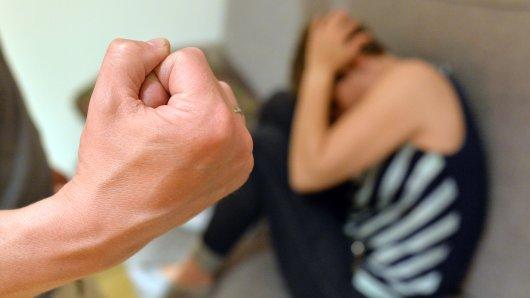 In Peine hat ein alkoholisierter Mann seine ebenfalls alkoholisierte Ehefrau mehrfach mit der Faust geschlagen; die Polizei verwies ihn daraufhin für mehrere Tage der Wohnung (Symbolbild).