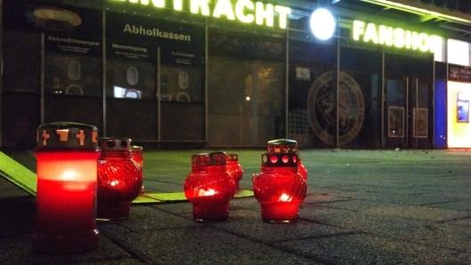 Fans haben am Sonntagabend Grablichter vor der Wahren Liebe in der Hamburger Straße aufgestellt - das fanden nicht alle lustig...