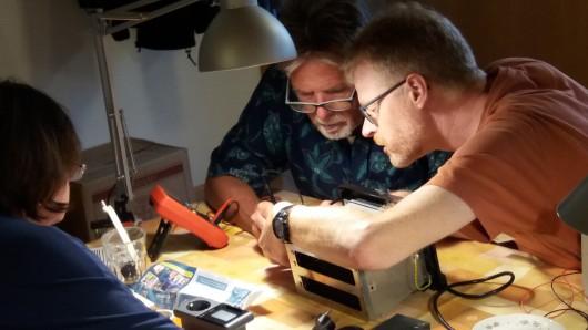 Experten zeigen den Besuchern des Reparaturcafés, wie defekte Kleingeräte fit gemacht werden können für ein zweites Leben.